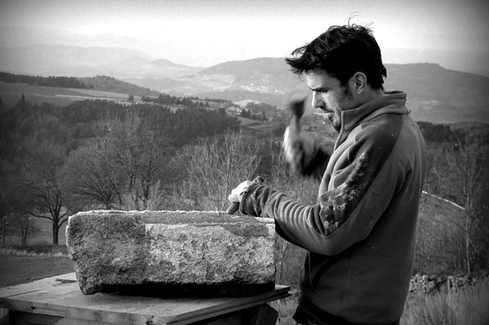 Peio Novarina Maçon du bâti ancien et tailleur de pierres à l'atelier d'une rive à l'autre.